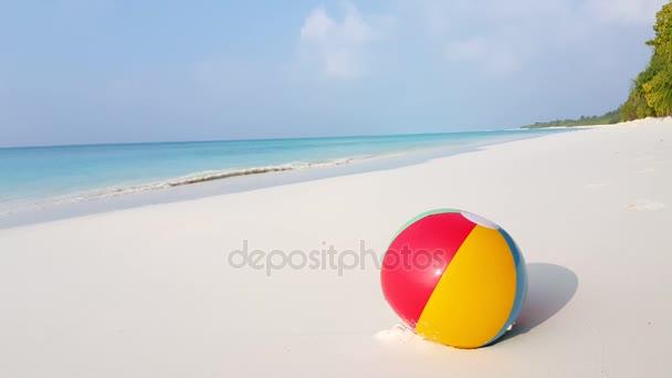 v01391 Maldív-szigetek gyönyörű strand háttér fehér homokos trópusi paradicsom sziget égszínkék tenger víz ocean 4k labda