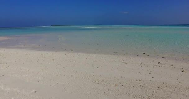v01554 Maldív-szigetek gyönyörű strand háttér fehér homokos trópusi paradicsom sziget égszínkék tenger vizes óceánt 4k