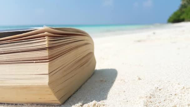 v01577 Maledivy krásné pláže pozadí bílé písečné tropický ráj ostrova s modrou oblohu moře vody oceánu 4k čtení knihy