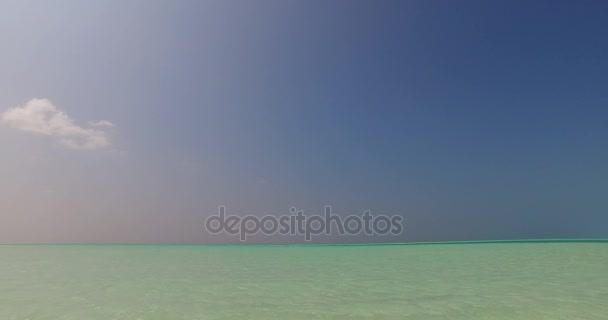 v01604 Maledivy krásné pláže pozadí bílé písečné tropický ráj ostrov s modrou oblohu moře vody oceánu 4k