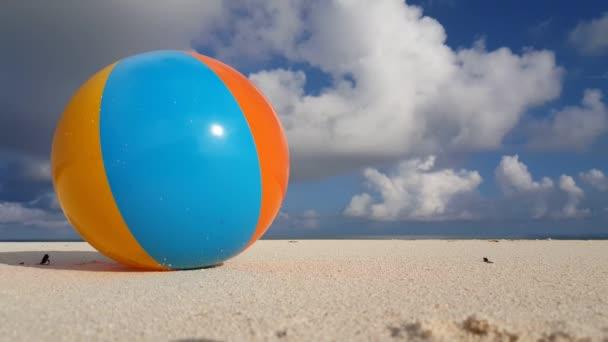 v01823 Maledivy krásné pláže pozadí bílé písečné tropický ráj ostrov s modrou oblohu moře vody oceánu 4k beachball
