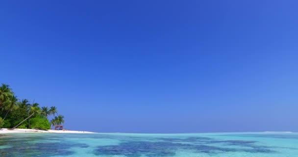 v01858 Maldive bellissima spiaggia sfondo bianco sabbia paradiso tropicale isola con cielo blu mare acqua oceano 4K coral reef