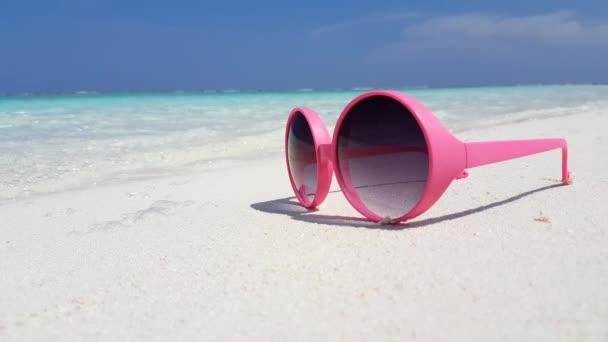 v01957 Maldív-szigetek gyönyörű strand háttér fehér homokos trópusi paradicsom sziget az égszínkék tenger vizes óceánt 4k rózsaszín napszemüveg