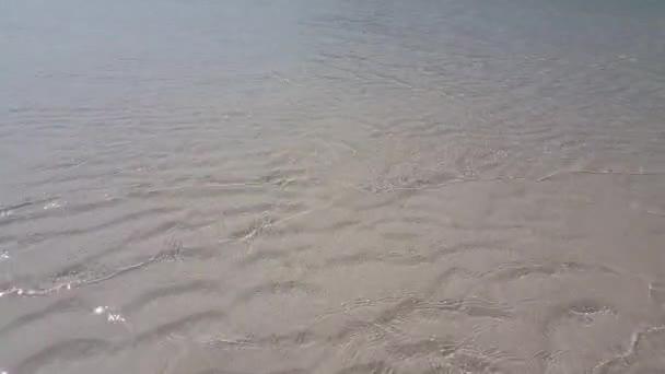 v01965 Maldív-szigetek gyönyörű strand háttér fehér homokos trópusi paradicsom sziget égszínkék tenger vizes óceánt 4k