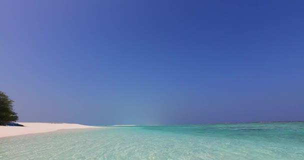 v02000 Maledivy krásné pláže pozadí bílé písečné tropický ráj ostrov s modrou oblohu moře vody oceánu 4k laguně