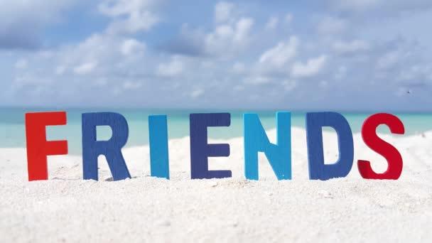 v00041 Maledivy krásné pláže pozadí bílé písečné tropický ráj ostrov s modrou oblohu moře vody oceánu 4k textu přátel