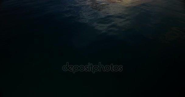 v00054 Maldive bellissima spiaggia sfondo bianco sabbia paradiso tropicale isola con cielo blu acqua di mare 4K alba tramonto crepuscolo allalba