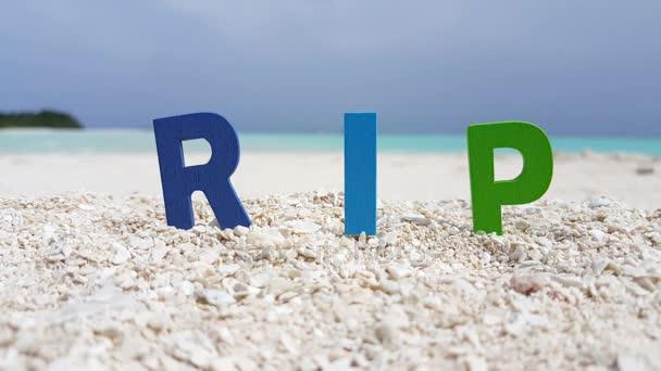 v00140 Maledivy krásné pláže pozadí bílé písečné tropický ráj ostrova s modrou oblohu moře vody oceánu 4k textu rip