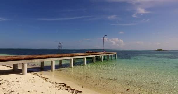 v00141 Maledivy krásné pláže pozadí bílé písečné tropický ráj ostrov s modrou oblohu moře vody oceánu 4k molu pier pontonu