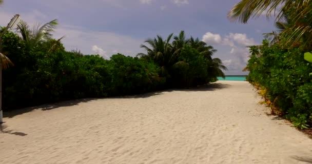 v00180 Maledivy krásné pláže pozadí bílé písečné tropický ráj ostrov s modrou oblohu moře vody oceánu 4k palmy