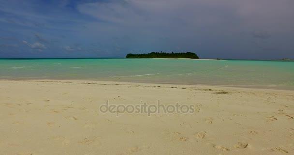 v00326 Maldív-szigetek gyönyörű strand háttér fehér homokos trópusi paradicsom sziget égszínkék tenger vizes óceánt 4k