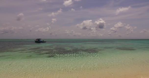 v00328 Maledivy krásné pláže pozadí bílé písečné tropický ráj ostrov s modrou oblohu moře vody oceánu 4k