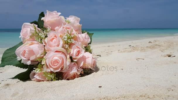 Maledivy krásné pláže pozadí bílé písečné tropický ráj ostrov s modrou oblohu moře vody oceánu 4k kytice růžové květy