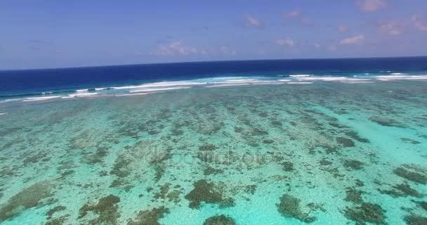 Maledivy krásné pláže pozadí bílé písečné tropický ráj ostrov s modrá obloha moře vody oceánu 4k letecké drone flying nadjezdu ptáci oko vlny korálový útes