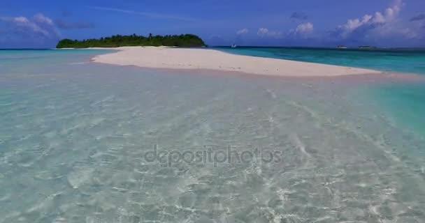 Maledivy krásné pláže pozadí bílé písečné tropický ráj ostrov s modrou oblohou mořské vody oceánu 4k mělčině laguny