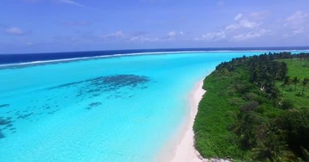 v00750 Maledivy krásné pláže pozadí bílé písečné tropický ráj ostrov s modrou oblohu moře vody oceánu 4k letecké dron létající ptáci oko nadjezdu