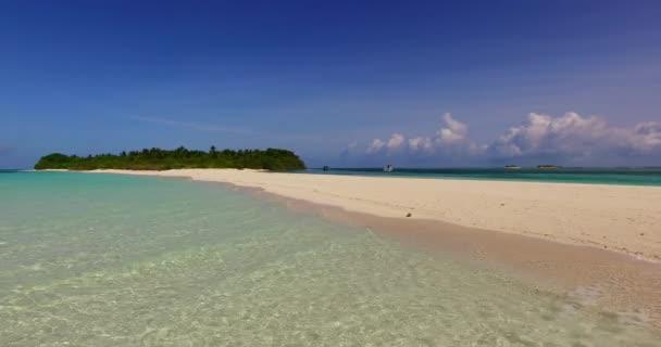 v00910 Maledivy krásné pláže pozadí bílé písečné tropický ráj ostrov s modrou oblohu moře vody oceánu 4k mělčině