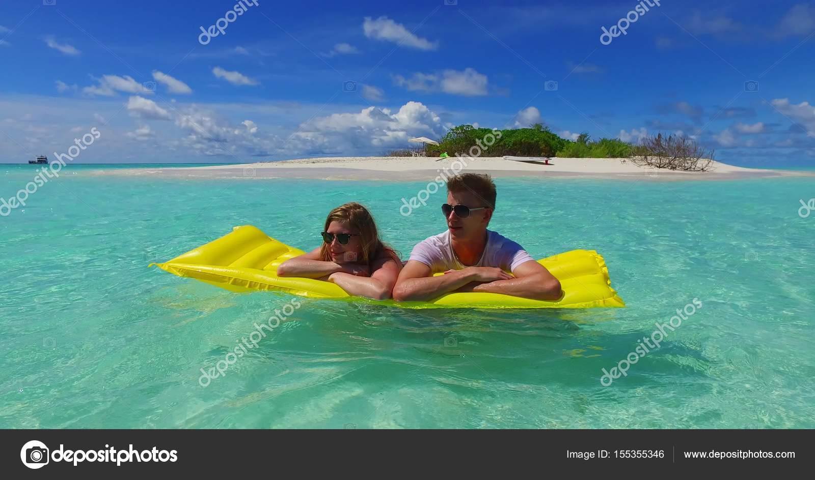 v07266 4 k malediven wei en sandstrand 2 menschen junges paar mann frau auf luftmatratze. Black Bedroom Furniture Sets. Home Design Ideas