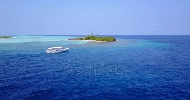 v03001 létající dron pohled na Maledivy bílá písečná pláž na ostrově sunny tropický ráj s aqua modrá obloha mořské vody oceánu 4k lodní plavby