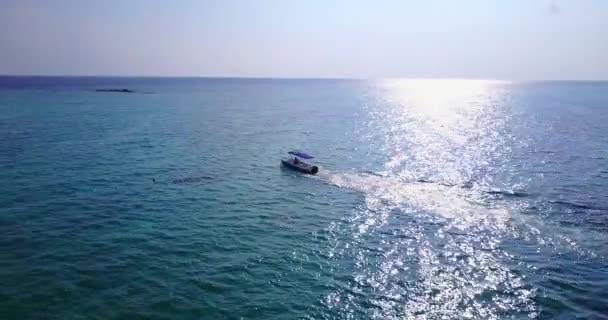 v03016 létající dron pohled na Maledivy bílá písečná pláž na ostrově sunny tropický ráj s aqua modrá obloha mořské vody oceánu 4k lodní plavby