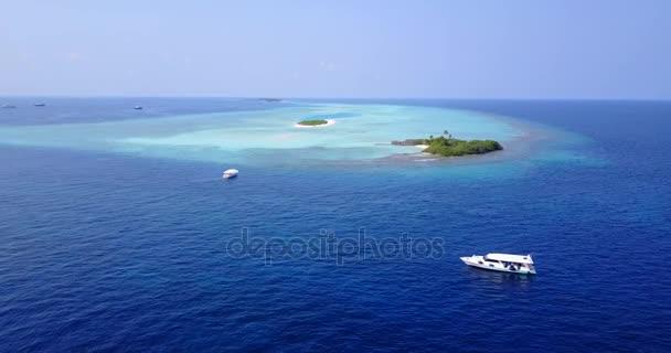 vista aerea della spiaggia di sabbia bianco Maldive isola paradiso tropicale soleggiato con cielo blu aqua mare acqua oceano 4K barca a vela a v03017 per drone volante