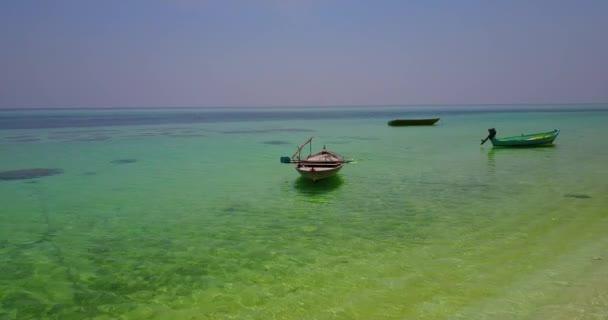 vista aerea della spiaggia di sabbia bianco Maldive isola paradiso tropicale soleggiato con cielo blu aqua mare acqua oceano 4K barca a vela a v03024 per drone volante