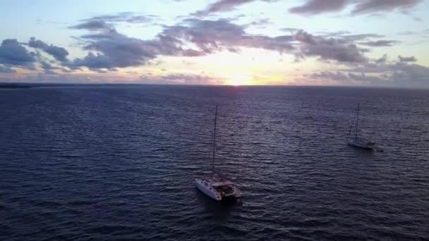 v03078 létající dron pohled na Maledivy bílá písečná pláž na ostrově sunny tropický ráj s aqua modrá obloha mořské vody oceánu 4k lodní plavby