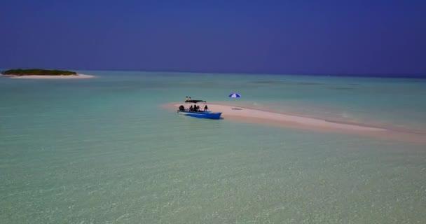 v03085 létající dron pohled na Maledivy bílá písečná pláž na ostrově sunny tropický ráj s aqua modrá obloha mořské vody oceánu 4k lodní plavby