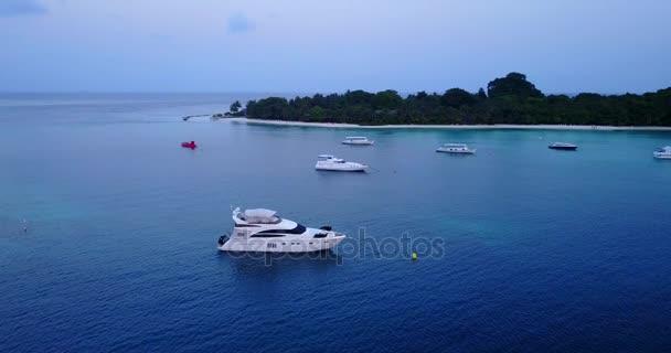 v03090 létající dron pohled na Maledivy bílá písečná pláž na ostrově sunny tropický ráj s aqua modrá obloha mořské vody oceánu 4k lodní plavby