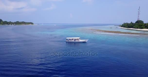 vista aerea della spiaggia di sabbia bianco Maldive isola paradiso tropicale soleggiato con cielo blu aqua mare acqua oceano 4K barca a vela a v03095 per drone volante