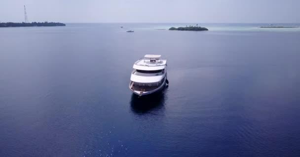v03113 létající dron pohled na Maledivy bílá písečná pláž na ostrově sunny tropický ráj s aqua modrá obloha mořské vody oceánu 4k lodní plavby