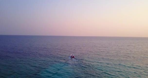 v03127 létající dron pohled na Maledivy bílá písečná pláž na ostrově sunny tropický ráj s aqua modrá obloha mořské vody oceánu 4k lodní plavby