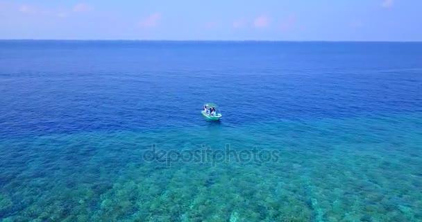 v03130 létající dron pohled na Maledivy bílá písečná pláž na ostrově sunny tropický ráj s aqua modrá obloha mořské vody oceánu 4k lodní plavby