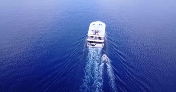 v03135 létající dron pohled na Maledivy bílá písečná pláž na ostrově sunny tropický ráj s aqua modrá obloha mořské vody oceánu 4k lodní plavby