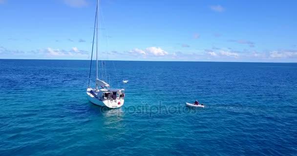 vista aerea della spiaggia di sabbia bianco Maldive isola paradiso tropicale soleggiato con cielo blu aqua mare acqua oceano 4K barca a vela a v03161 per drone volante