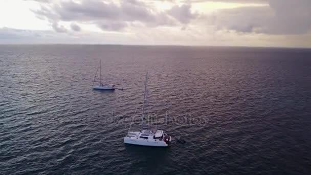 v03165 létající dron pohled na Maledivy bílá písečná pláž na ostrově sunny tropický ráj s aqua modrá obloha mořské vody oceánu 4k lodní plavby