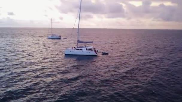 v03168 létající dron pohled na Maledivy bílá písečná pláž na ostrově sunny tropický ráj s aqua modrá obloha mořské vody oceánu 4k lodní plavby