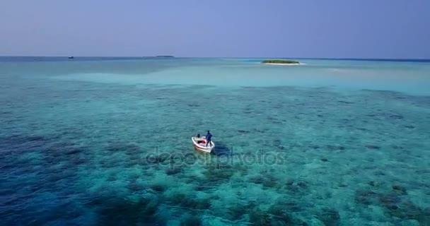 v03211 létající dron pohled na Maledivy bílá písečná pláž na ostrově sunny tropický ráj s aqua modrá obloha mořské vody oceánu 4k lodní plavby