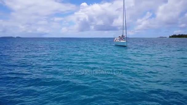 v03256 fliegenden Drohne Luftaufnahme der Malediven weißen Sandstrand am sonnigen tropischen Inselparadies mit Aqua blau Himmel Meer Wasser Ozean 4k Boot segeln