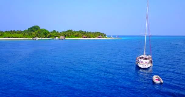 v03269 létající dron pohled na Maledivy bílá písečná pláž na ostrově sunny tropický ráj s aqua modrá obloha mořské vody oceánu 4k lodní plavby