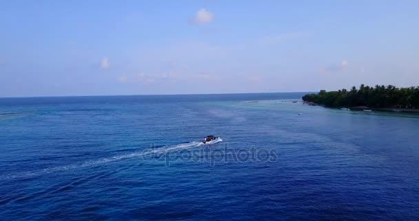 v03234 fliegenden Drohne Luftaufnahme der Malediven weißen Sandstrand am sonnigen tropischen Inselparadies mit Aqua blau Himmel Meer Wasser Ozean 4k Boot segeln