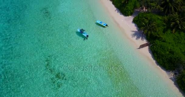 v03433 létající dron pohled na Maledivy bílá písečná pláž na ostrově sunny tropický ráj s aqua modrá obloha mořské vody oceánu 4k lodní plavby