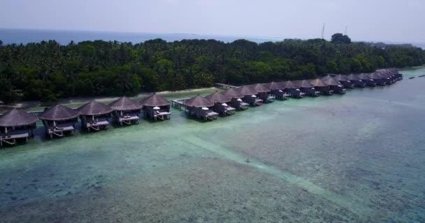v03550 letecké létající dron pohled na Maledivy bílá písečná pláž na ostrově sunny tropický ráj s aqua blue sky moře vody oceánu 4k luxusní 5 hvězdičkový resort hotel vodní Bungalov hut relaxační dovolenou