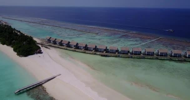 v03555 letecké létající dron pohled na Maledivy bílá písečná pláž na ostrově sunny tropický ráj s aqua blue sky moře vody oceánu 4k luxusní 5 hvězdičkový resort hotel vodní Bungalov hut relaxační dovolenou