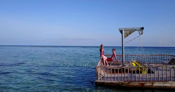v03833 létající dron pohled Maledivy pláž s bílým pískem 2 osoby mladý pár muž žena uvolňující na slunečné tropické paradise island s aqua blue sky moře vody oceánu 4k plovoucí Ponton mola