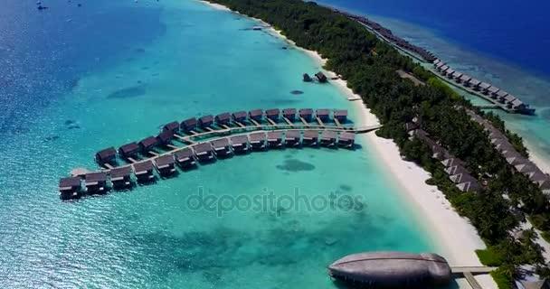 v03776 letecké létající dron pohled na Maledivy bílá písečná pláž na ostrově sunny tropický ráj s aqua blue sky moře vody oceánu 4k luxusní 5 hvězdičkový resort hotel vodní Bungalov hut relaxační dovolenou
