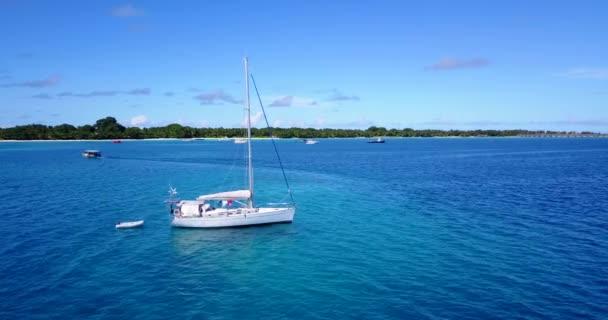 v03243 létající dron pohled na Maledivy bílá písečná pláž na ostrově sunny tropický ráj s aqua modrá obloha mořské vody oceánu 4k lodní plavby