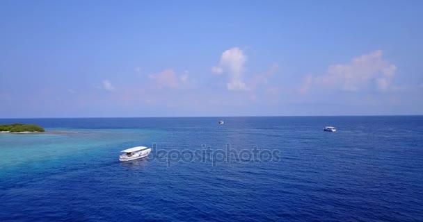 v03336 létající dron pohled na Maledivy bílá písečná pláž na ostrově sunny tropický ráj s aqua modrá obloha mořské vody oceánu 4k lodní plavby