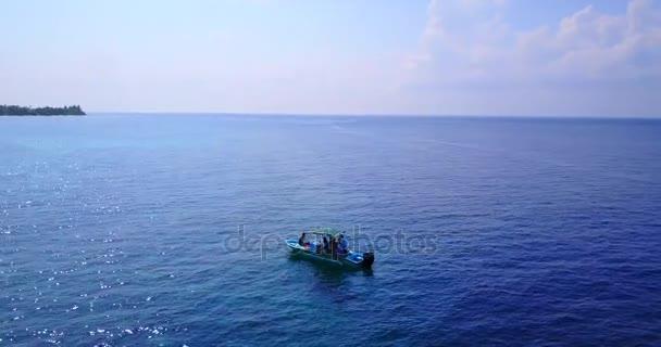 v03331 létající dron pohled na Maledivy bílá písečná pláž na ostrově sunny tropický ráj s aqua modrá obloha mořské vody oceánu 4k lodní plavby