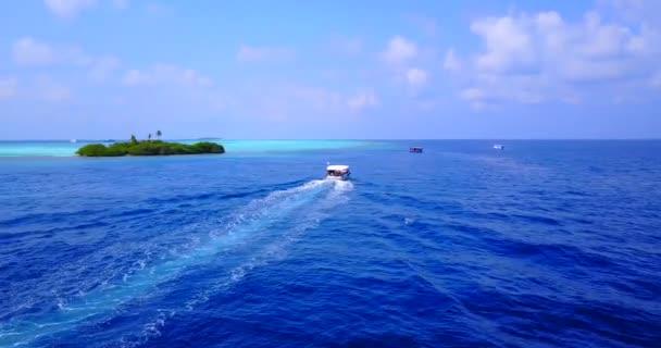 v03296 fliegenden Drohne Luftaufnahme der Malediven weißen Sandstrand am sonnigen tropischen Inselparadies mit Aqua blau Himmel Meer Wasser Ozean 4k Boot segeln
